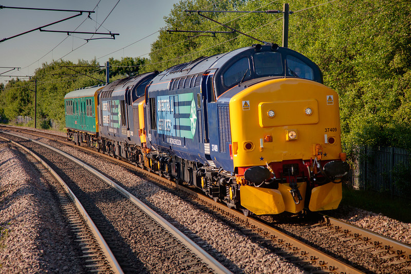 37409+37423 seen at Outwood heading south with a 5Z01 19:17 Leeds to Derby RTC on June 16th 2010