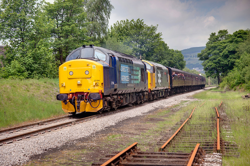 37194+37901 head up the GN straight toward Ingrow with the 11:08 Keighley to Oxenhope on June 11th 2010.