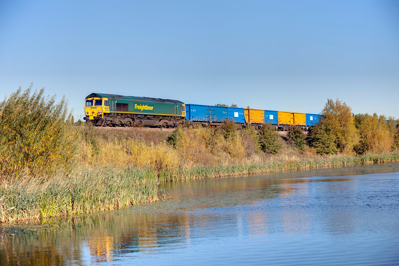 """66561 heads past the ponds at Horbury Junction with a 6M05 Roxby to Pendleton empty GMC """"Binliner"""" on October 20th 2010"""