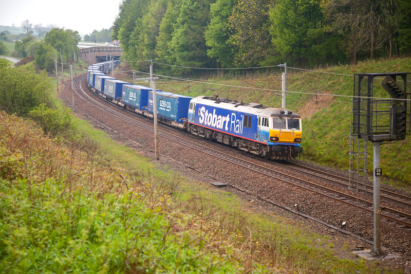 """92017 sweeps around the curve at Beck Foot with the 4S43 06:15 Rugby to Mossend """"Lesco"""" express on May 6th 2011."""