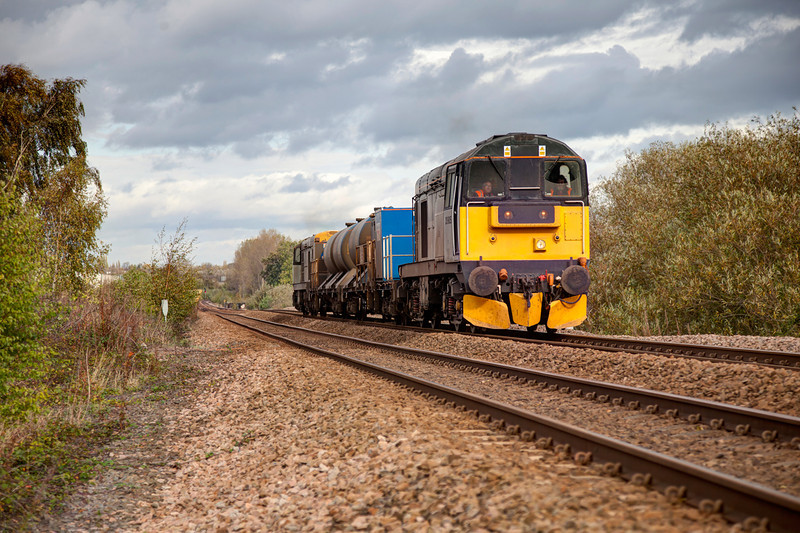 20905 and 20901 powering hard approach Crigglestone on October 17th 2011 with a 3S14 11:14 Grimsby Town to Malton RHTT