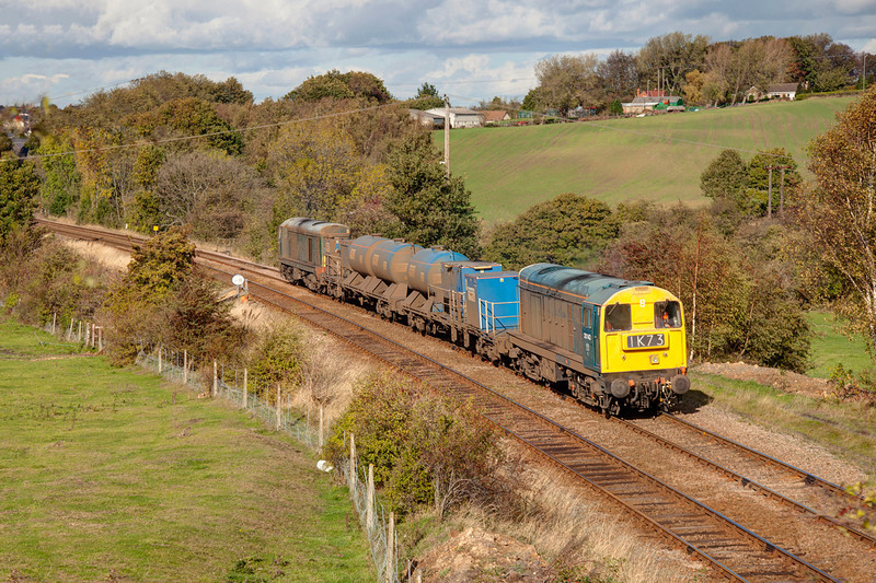 20142 leads 20189 past Crigglestone with a 3S14 11:114 Grimsby Town to Malton RHTT on October 19th 2011