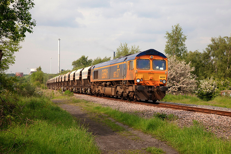 66737 rolls past Pools Lane Royston with the 6E84 08:20 Middleton Towers to Monk Bretton on 20th May 2014