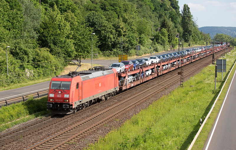 185-211 heads a VERY long cartic train Morthward at Linz on 13th June 2015
