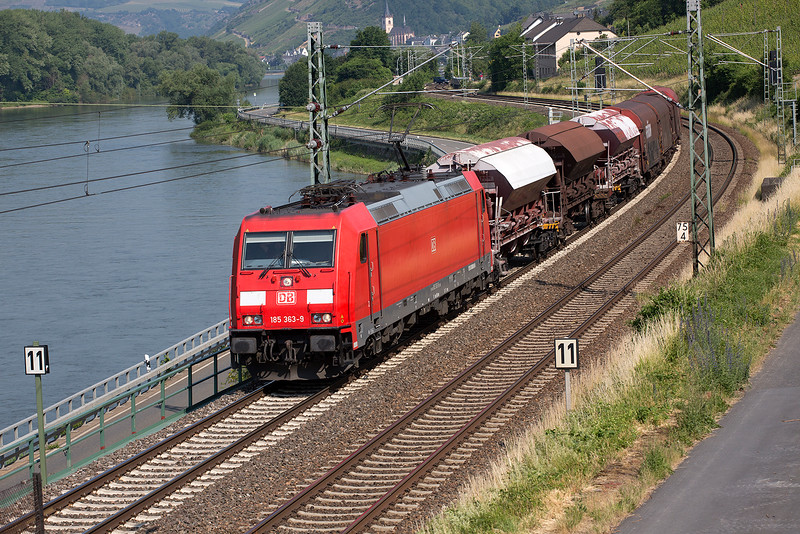 185-363 heads an unusually short freight south down the Rhine at Lorch on 12th June 2015