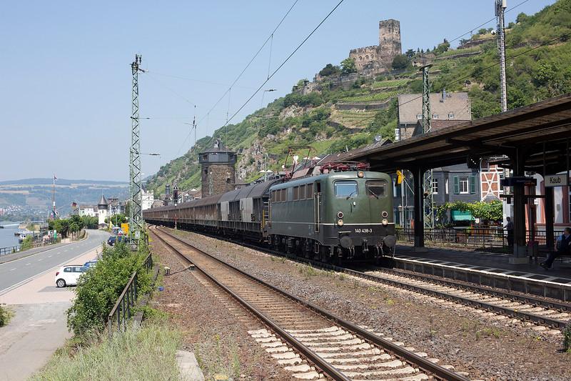 Green Goddess 140-438 rattles a southbound van train through Kaub on June 12th 2015