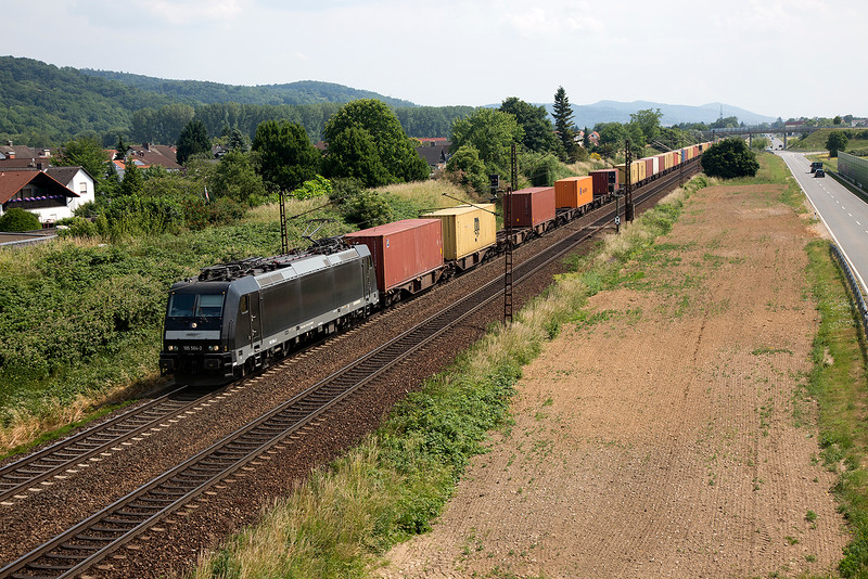 185-564 with a long container train at Laudenbach on 12th June 2015