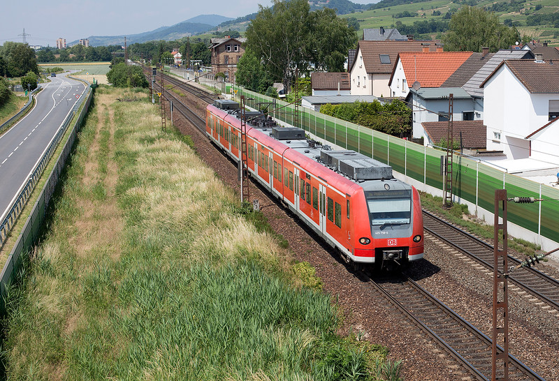 485-758 pulls away from Laudenbach with e service from Frankfurt on 12th June 2015