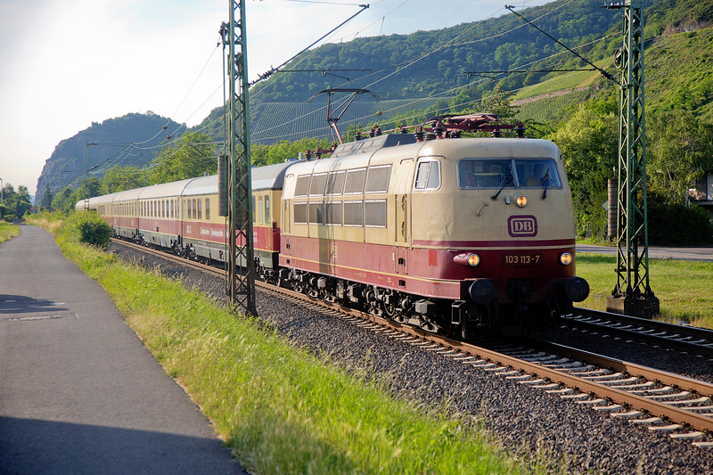 103-117 heads back to Koblenz with the second Koblenz Lutzel Museum TEE Circular Railtour of the day passing Leutesdorf on 14th June 2015