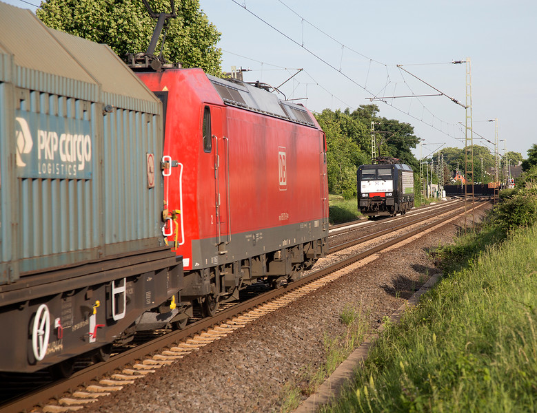 185-070 heads south with a freight while ES64-F4-285 (189-285) heads north Light Engine on 14th June 2015