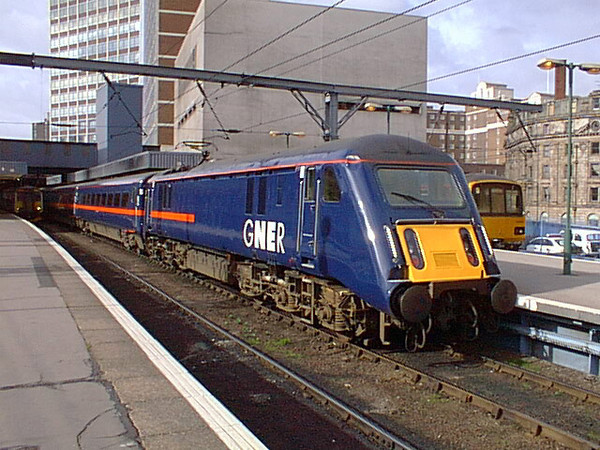 89001 stands at Leeds after having just arrived with the 1A18 11:36 Bradford Foster Square to London Kings Cross on 27th February 1998