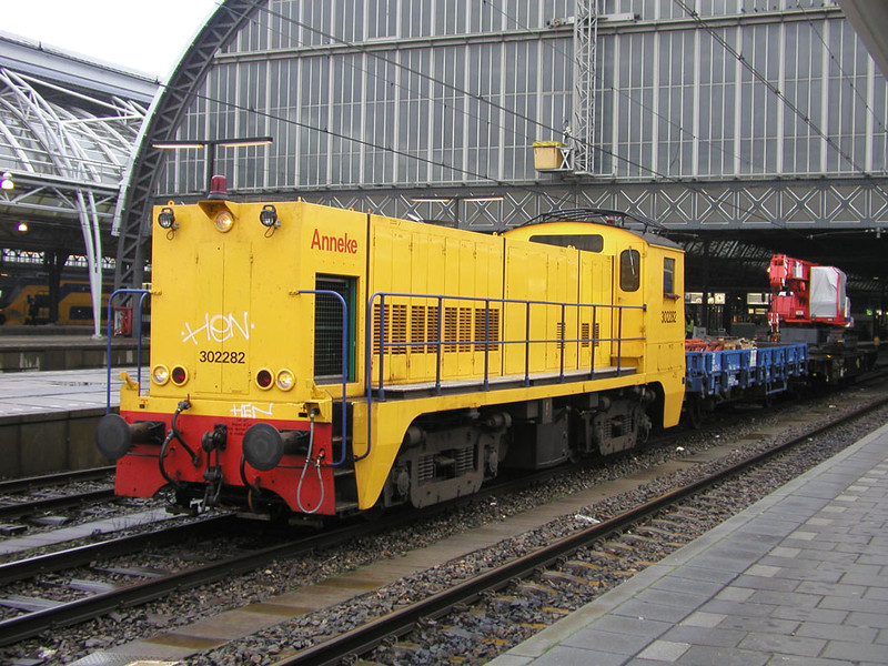 302282 class 2200 'Annke at Amsterdam CS with a P. way train 28th November 2002