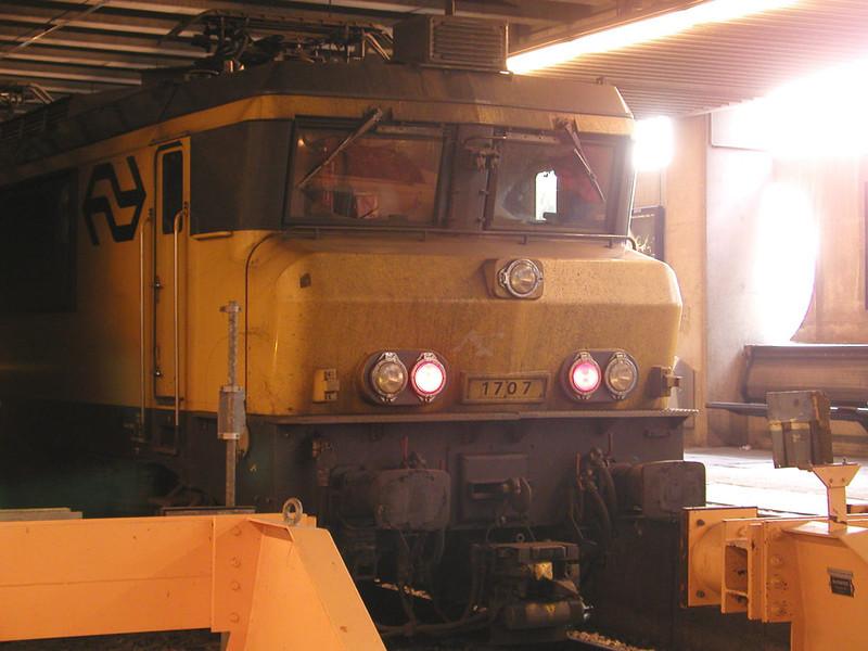1707 at the buffer stops at Den Haag on 27th November 2002