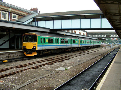 150018 stands at Worcester Shrub Hill on the 14th June 2006