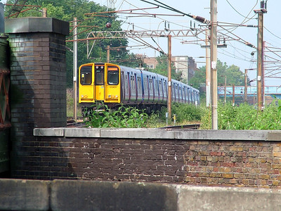 313031 follows a sister unit out of Finsbury Park on the 8th June 2007