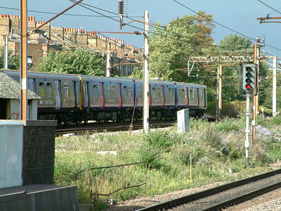 313047 hurries northwards away from Finsbury Park with a sister unit on the 2nd October 2006