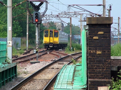 313046 continues to wear it's undercoat white colour scheme as it ambles away from Finsbury Park on the 8th June 2007