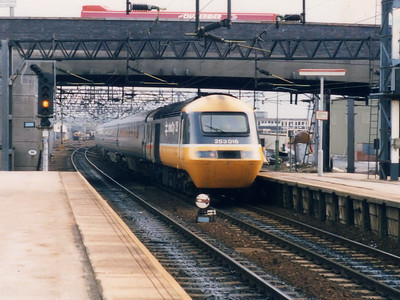 253016 (power car being either 43032 or 43033) arrives at Stafford on the 2nd April 1986