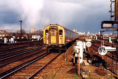 1565, with a hail shower providing the backdrop, arrives at Clapham Junction