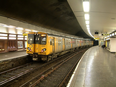 508112 awaits the tip at Hamilton Square on the 22nd December 2006