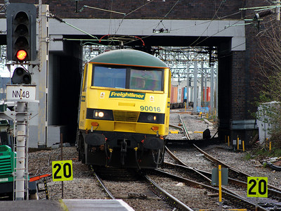 90016 scurries north through Nuneaton with a Freightliner working on the 11th April 2008