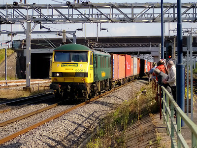 90016 screams through Nuneaton with a Freightliner on the 12th September 2007