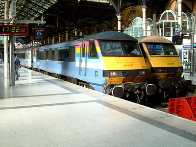 90014 rests at London Liverpool Street on the 15th July 2006