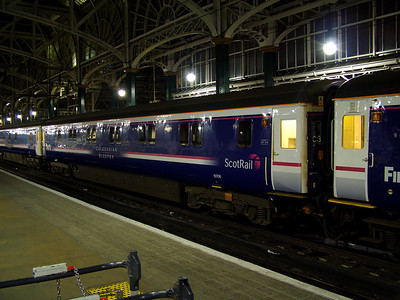 10706 stands at Glasgow Central on the 28th March 2007