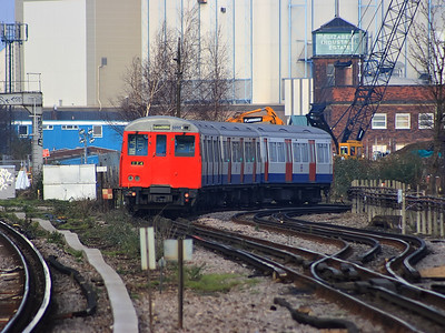 5095 rounds the curve at the London end of New Cross Gate on the 18th December 2007