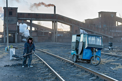 Loading a tricycle with scavenged coal