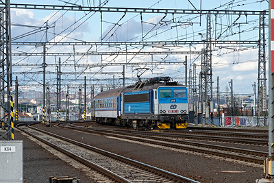 Class 362 115-8 approaches Prague HBf rom the Northeast
