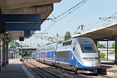 TGV Unit 4709 propels southbound from Mulhouse Platform 3