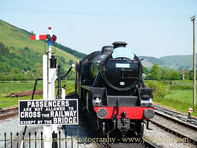 Ex LMS Black 5 44806 posing as 44801 approaching Carrog and wearing a 1960s RCTS railtour headboard.