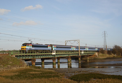 90 009 crossing bridge over R. Stour at Manningtree 30/12/06