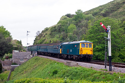 Just like the old days of the push-pull class 33/1s and 4TC sets. 73208 propels 3417 away from Corfe, 2N19 1505 from Harmans Cross. Unfortunately Swanage's 33/1, 33108 was unavailable for the event.