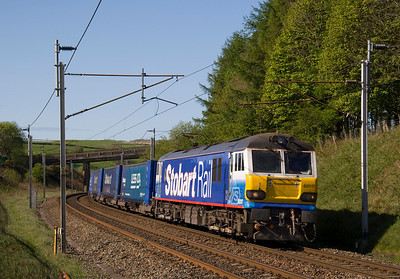 It's always sunny in the northern hills:  92017 passing Lowgill wuth 4S43 Rugby-Mossend 27/04/11