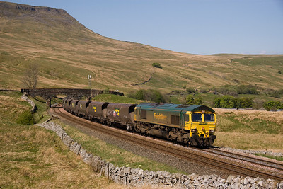 66508 is at walking pace as it grinds up the final yards to Ai sGill summit:6Z68 Killoch-Cottam 27/04/11
