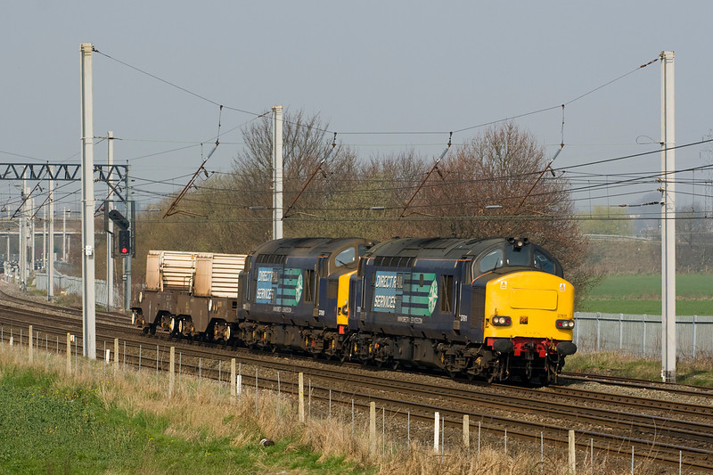 37611 and 37069 head past Winwick with 6K73 from Sellafield to Crewe.  24/3/12