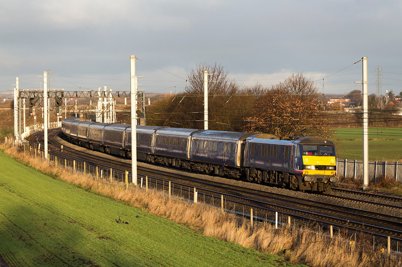 90024 makes an unusual sight, running extremely late past Winwick Junction with an extremely late 1M16 Fortwilliam- Euston sleeper on 28/12/13.   Time for a lie-in