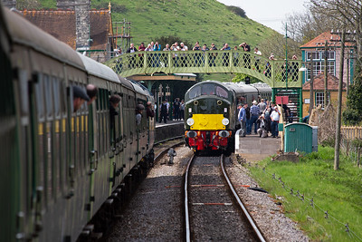 50035 runs into to Corfe Castle station and passes D213 at the head of 1N07 1450 Norden to Swanage.