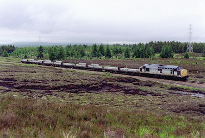 To the north of Gorton, about halfway to Rannoch, 37602 returns from Fort William with its wagons loaded with aluminium slabs for Coatbridge. It is 7D54 1158 MWFO off Fort William Alcan Works. The wagons will go south on another Freightliner working.
