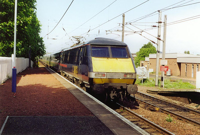GNER run some Kings Cross services through Edinburgh to Glasgow Central. 91025 propells its train through Slateford on its way from Glasgow to Edinburgh and onto London. The train is 1E18 1600 off Glasgow for Kings Cross.