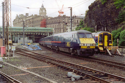 GNER DVT 82213 departs Waverley with an up working from Glasgow Central, 1E11 1000 off to Kings Cross.