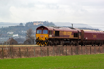 High on the hill behind, and some distance away from, 66062 is a recently repainted Stirling Castle. 66062 works 6G06 1023 from Hunterston to Longannet with loaded HHA hoppers.