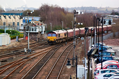 66120 passes Stirling's Middle 'box with 6G07, 1228 Hunterston to Longannet Power Station loaded coal. Signal SM47 is off but the distant below it, SM10 has failed to rise despite moving slightly. It is motor driven from Stirling North 'box.