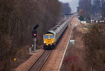 Coal is delivered to Longannet Power Station by both DBS and Freightliner Heavy Haul. 66557 of the latter comes towards Alloa with 6G05 0926 Ravenstruther to Longannet loaded coal hoppers.