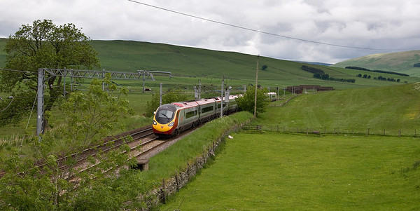 One of Virgin's pendolino's approaching Abington with the 1M13 12:42 Glasgow Central to London Euston service.