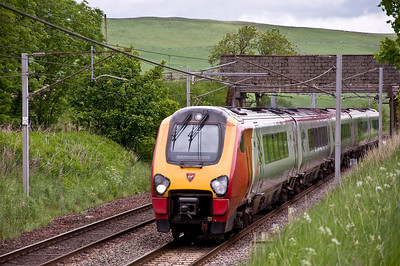Virgin Voyager passes Cold Chapel near Abington with the 1M56 12:52 Edinburgh to Birmingham New Street service.