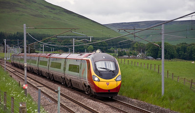 One of Virgin's pendolino's just north of the loops at Abington with the 1S37 08:45 London Euston to Glasgow Central service.