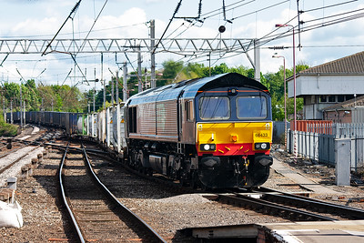 DRS type 5 66433 fronts 4S44 1217 from Daventry to Coatbridge intermodal. This well loaded train turns off the down main to run through the station's platform 1 on the west side.